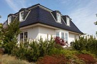 Modernes Einfamilienhaus mit Mansarddach
